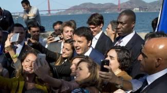 Matteo Renzi, selfie durante la sua visita allo Yacht club di San Francisco (Ansa)