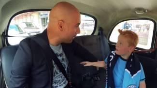 Manchester, baby tifoso sale sul taxi e incontra Guardiola