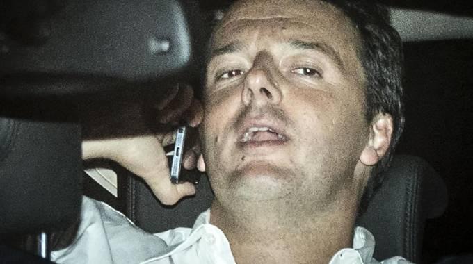 Renzi in auto dopo la direzione Pd che ha approvato il Jobs act (Ansa)