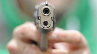 Lo minacciano con una pistola e lo chiudono nel bagno del bar, caccia ai rapinatori