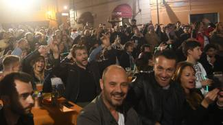 Folla in piazza per tifare Gabbani a Carrara (foto Delia)