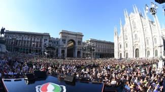 Il pubblico durante il concerto di Radio Italia Live in piazza del Duomo a Milano (Ansa)