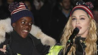Madonna col figlio David Banda (Ansa)