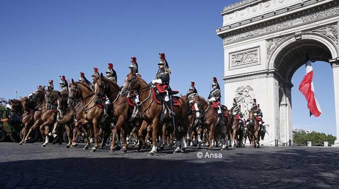 Francia: 241 cavalli sfilano per Macron e Trump © Ansa