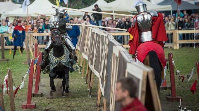 Salvo Manfredi alla lizza, è il cavaliere con le piume blu e gialle sull'elmo