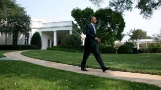 Barack Obama passeggia nei giardini della Casa Bianca (Olycom)
