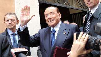 Silvio Berlusconi entra alla Camera per la riunione dei gruppi (lapresse)