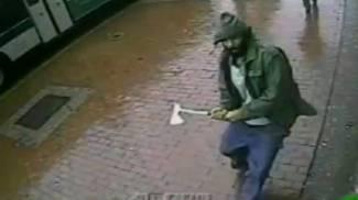 L'immagine ripresa da una telecamera mostra l'uomo armato di ascia  nel Queens (Ap/Lapresse)