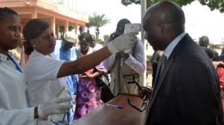 Controlli anti-ebola in Guinea, uno dei Paesi più colpiti dal virus (Afp)