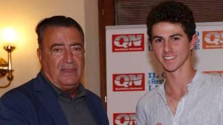 La premiazione del Qn Golf Challenge: il gruppo e, qui sotto, Emanuel Settesoldi con il direttore de La Nazione, Francesco Carrassi