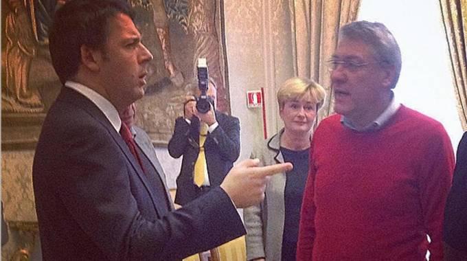 Renzi e Landini in maglione rosso durante la trattativa. La foto è tratta daTwitter (Ansa)