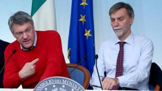 Il segretario Fiom Maurizio Landini (S), il sottosegretario Graziano Delrio (C) (Ansa)