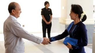 Il presidente birmano Thein Sein stringe la mano a Aung San Suu Kyi (Ap/Lapresse)