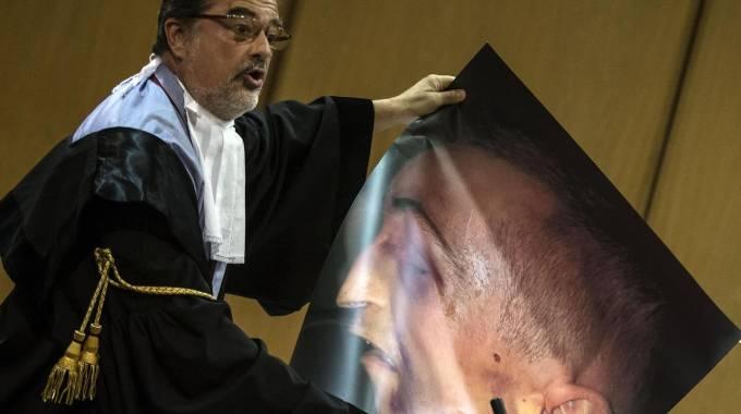 Il volto tumefatto di Stefano Cucchi mostrato dall'avvocato Corrado Oliviero (ANSA / ANGELO CARCONI)