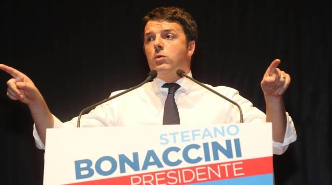 Il premier Renzi sul palco del Paladozza a Bologna (Ansa)