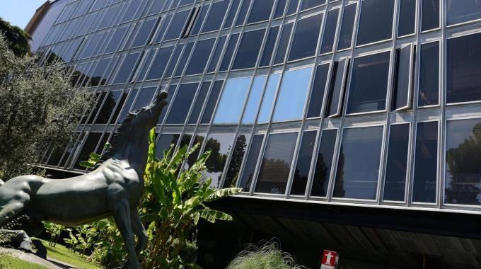 GOVERNO Il viceministro dell'Economia, Enrico Morando (Pd) A destra, la statua del cavallo morente in viale Mazzini a Roma, all'ingresso della sede Rai (Ansa)