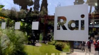 L'entrata con il logo della Rai della sede di viale Mazzini di Roma (Ansa)