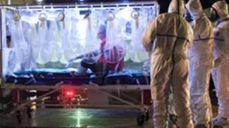 Il medico di Emergency positivo all'Ebola viene portato sull'aereo (Ansa)