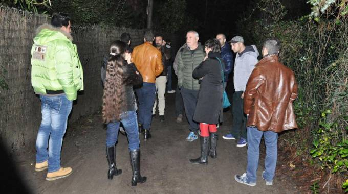 Un gruppo di dissidenti sotto casa di Grillo (Ansa)