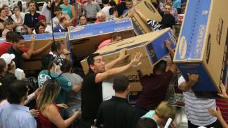 Usa, caos nei negozi per il black friday (Olycom)