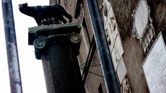 Mafia Capitale, la lupa capitolina vista attraverso delle sbarre (Ap/Lapresse)