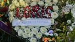 La corona a forma di cuore con fiori che compongono la scritta 'Loris', mandato dalla mamma (Ansa)