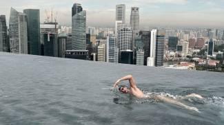 Il campione di nuoto Christian Sprenger in piscina sul tetto di un hotel, Singapore, 20 maggio 2014
