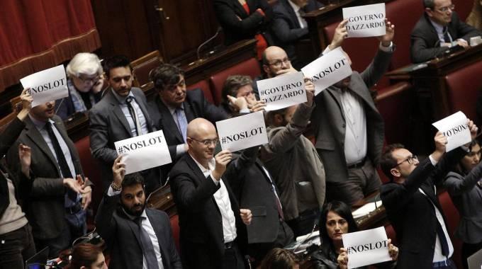 Bagarre del M5S alla Camera durante le votazioni degli emendamenti sul gioco d'azzardo (Ansa)