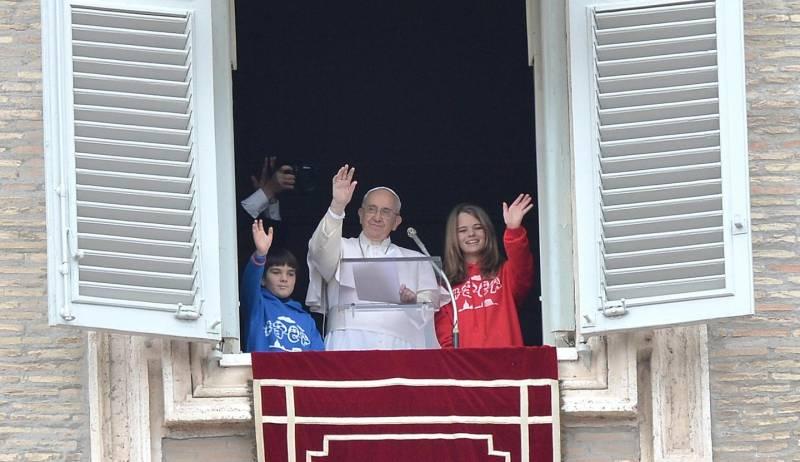 Il papa e due bimbi alla finestra quotidianonet - Finestra del papa ...