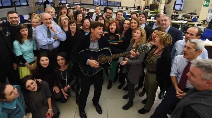 Gianni Morandi canta con la redazione del Carlino (foto Schicchi)