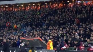 Feyenoord-Roma, oggetti in campo. Partita sospesa per 15'. Decine di tifosi italiani fermati