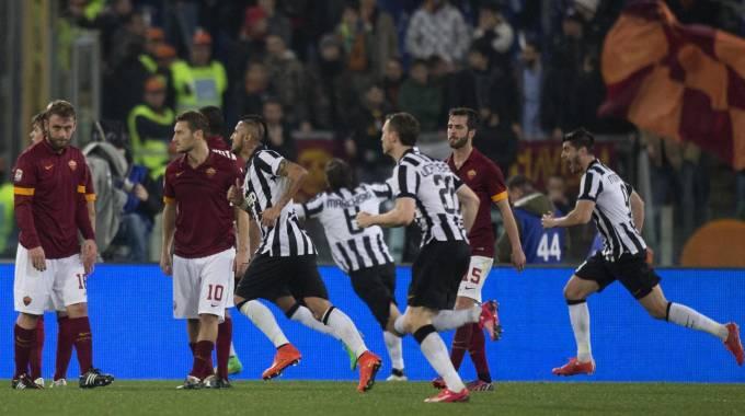 Juve, pareggio dolceamaro: Tevez illude, Keita salva la Roma in dieci: 1-1