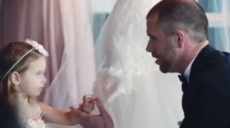 Durante le nozze fa una promessa alla figliastra di 3 anni, e commuove il mondo