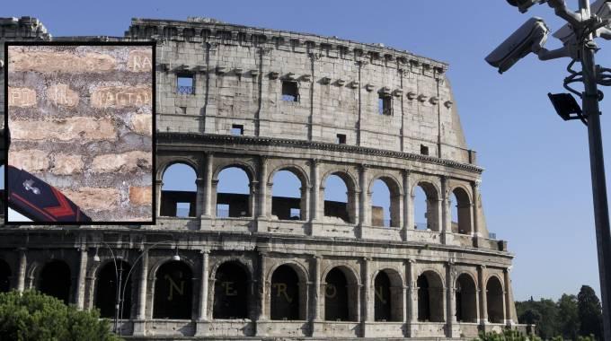 Telecamere di sorveglianza puntate sul Colosseo, nel riquadro l'incisione delle 2 turiste (combo)