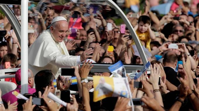 Bagno di folla per Papa Francesco a Caserta (Reuters)