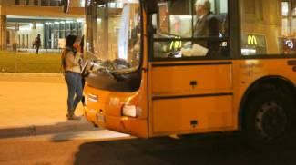Stacca l'orecchio dell'autista del bus con un morso e fugge