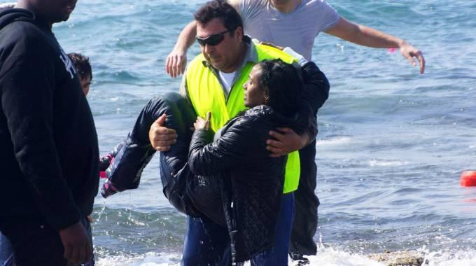 Migranti, ecatombe e nuovi naufragi. Renzi: azioni mirate. Giovedì vertice Ue. 'Tra i superstiti anche lo scafista'