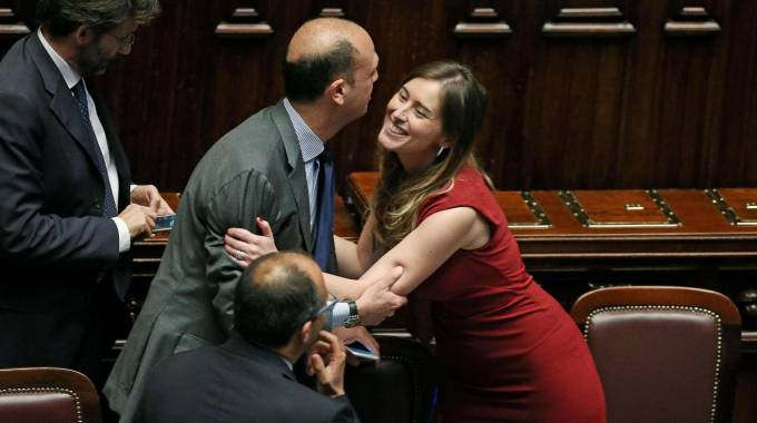 """Italicum, la riforma elettorale è legge: 334 sì e 61 contrari, opposizioni fuori. Renzi: """"Promessa rispettata"""""""